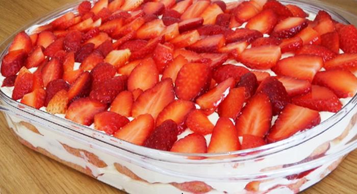 Pastel frio de fresas con crema