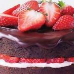 Pastel de chocolate con fresas
