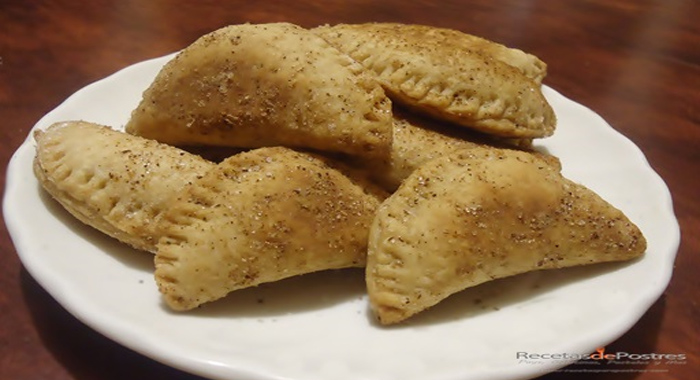 Empanadas rellenas de cajeta y nuez
