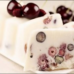 Gelatina de chocolate blanco con cerezas